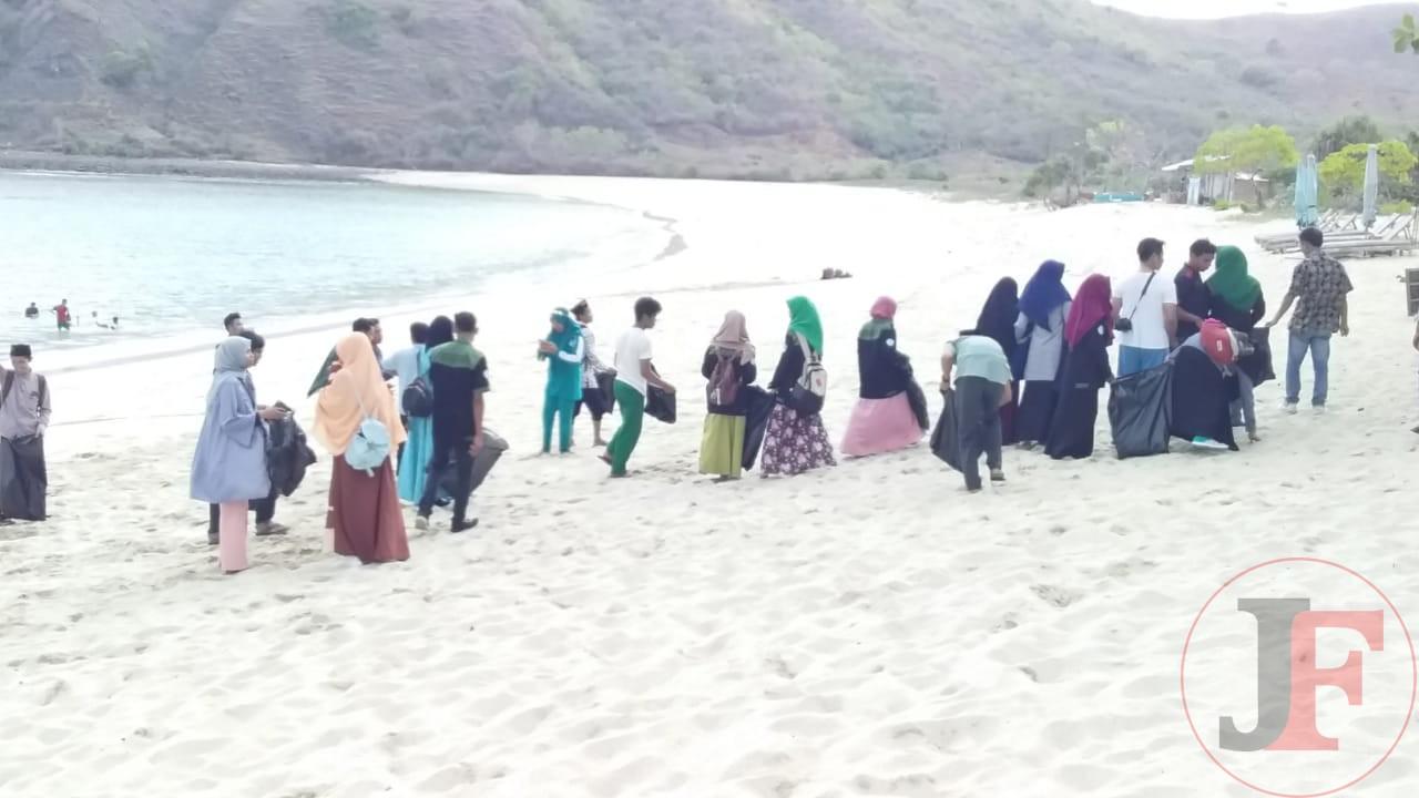 Mendukung Program Pemerintah NTB Zero Waste, Prodi PGSD UNU NTB Gelar Keakraban Dan Bersih Pantai